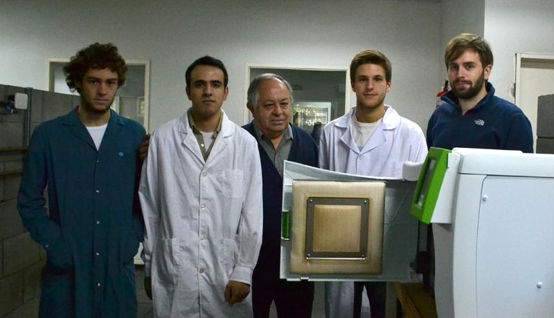 Personal del laboratorio de la UTN Facultad Regional Avellaneda y cromatógrafo de alta presión, insumo comprado en el marco del CAPP.