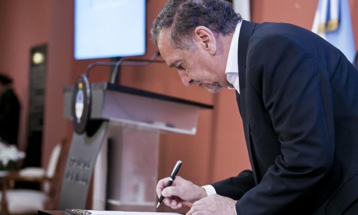 El ministro Barañao en el momento de rúbrica del Acuerdo.